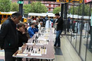 Dit is waar het allemaal gebeurde. Roeland Pruijssers stelt in het overdekte gedeelte van Winkelcentrum Rokade acht tegenstanders voor problemen op het schaakbord.