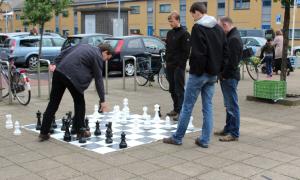 Simon was actief op het tuinschaakspel. Hier neemt hij het op tegen Ewoud Loots, die na zijn partij tegen Roeland Pruijssers nog niet uitgeschaakt was.